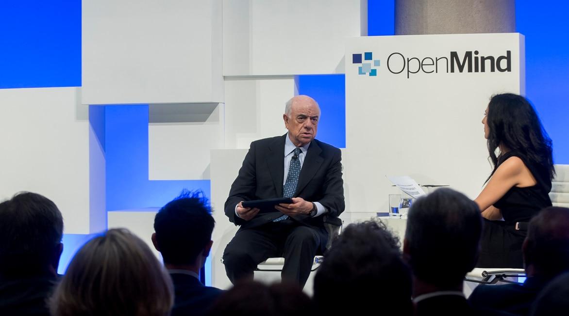 Fotografía de Francisco González charla con Ana Ortas sobre los desafíos de Europa en la presentación del libro de OpenMind BBVA