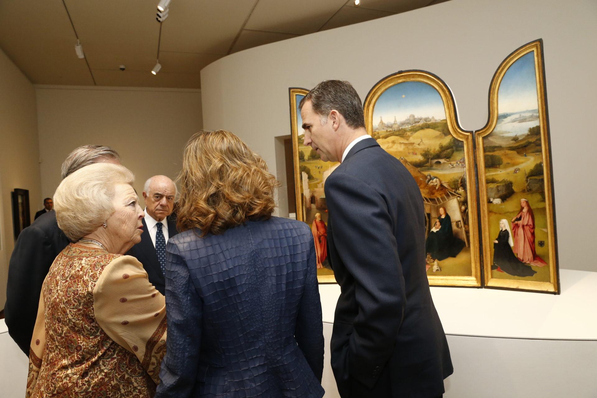 Imagen SS. MM. los Reyes, junto a la princesa Beatriz de Holanda y el presidente de BBVa en la inauguracion de la exposición del Bosco en el Museo del Prado