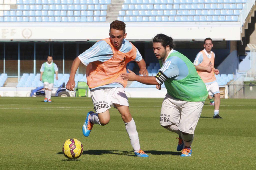 Empleados de BBVA y Down Galicia juegan un partido de fútbol