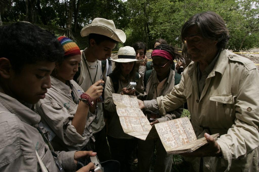 Miguel de la Quadra enseñando codice maya BBVA