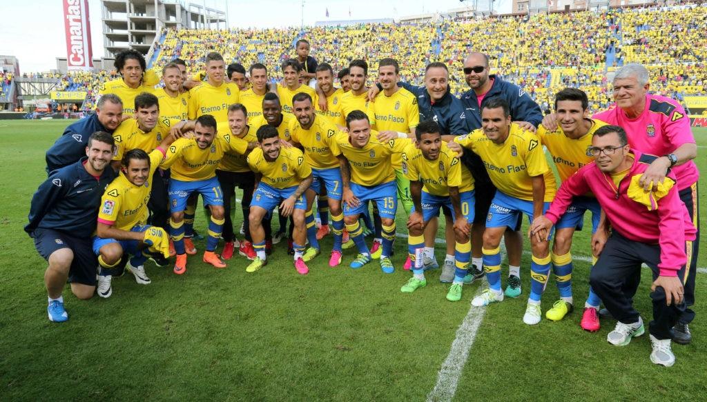 Fotografía de Juan Carlos Valerón con sus compañeros de equipo de la UD Las Palmas en su despedida