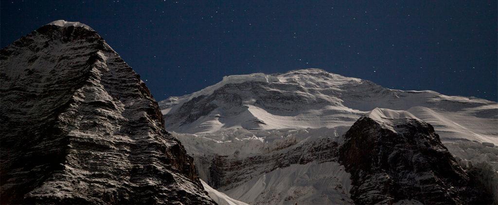 Fotografía del Dhaulagiri de noche iluminado por la luna y las estrellas