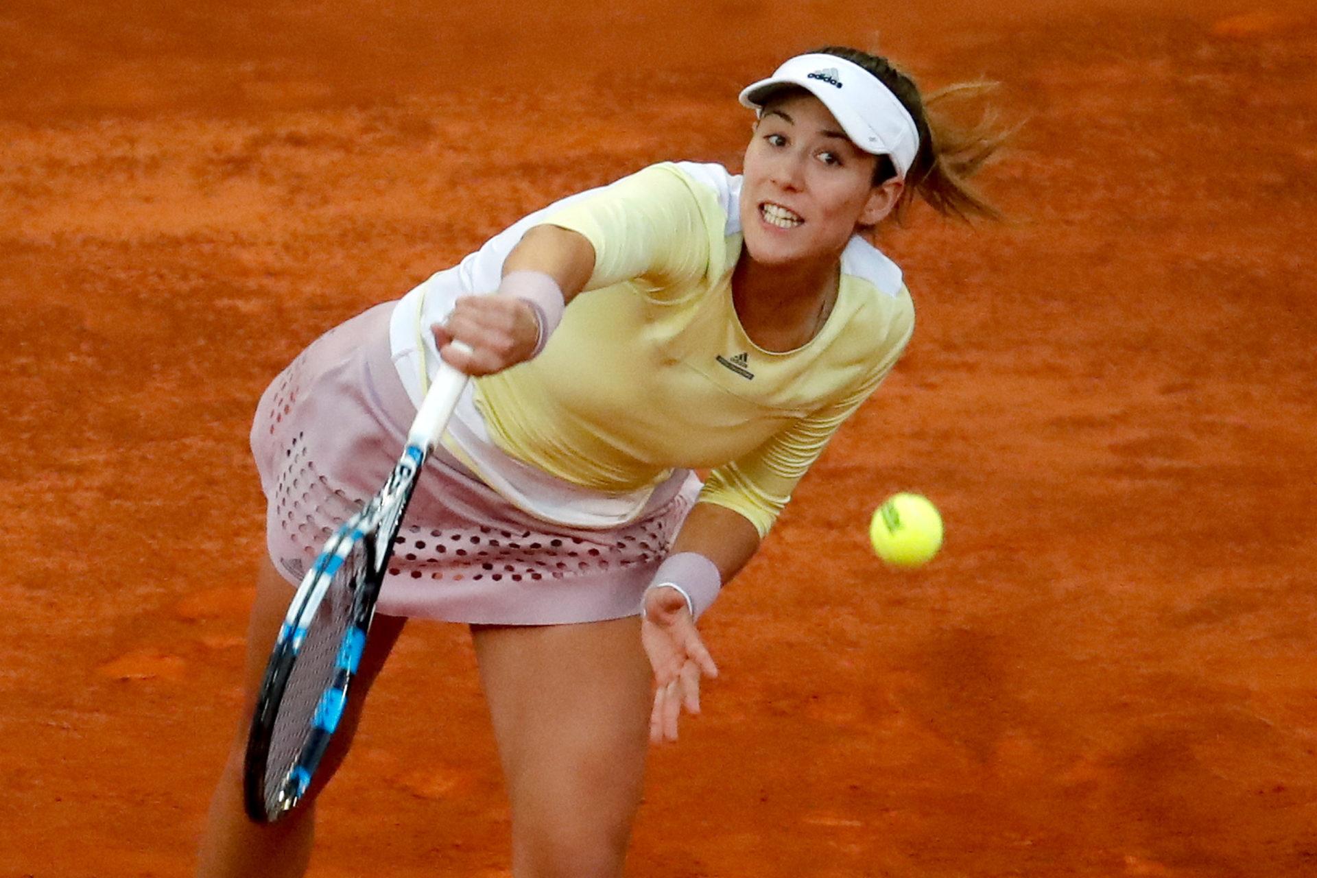 Fotografía de Garbiñe golpea la pelota durante el segundo partido del Madrid Open frente a Irina-Camelia Begu