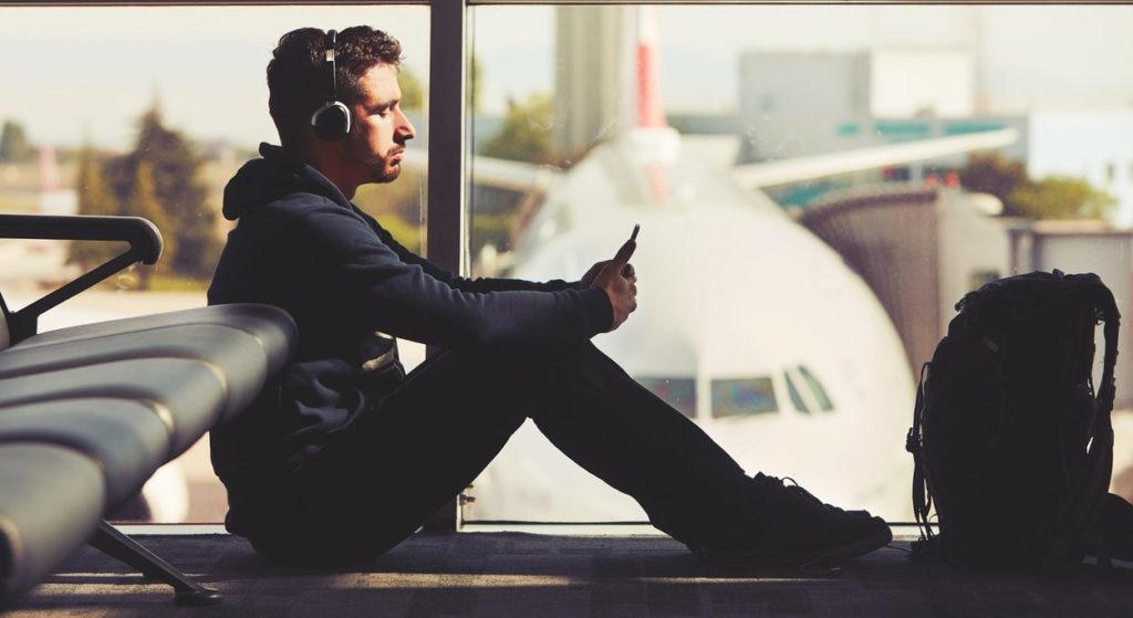 viaje joven aeropuerto avion viajar recurso bbva