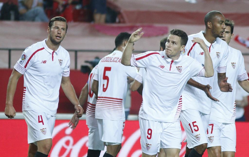 Fotografía de Kevin Gameiro celebra un gol con sus compañeros del Sevilla