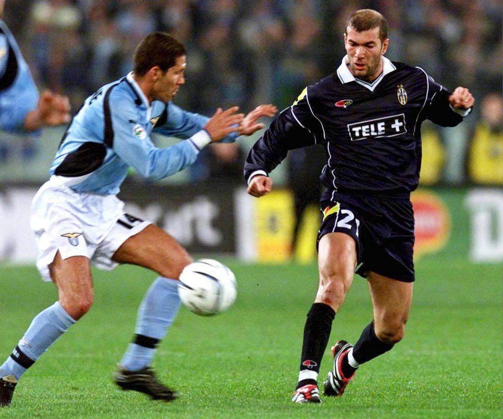 Simeone y Zidane, durante su duelo como futbolistas en la Serie A | Foto: EFE