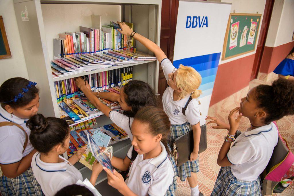 Fotografía de BBVA Colombia durante la entrega bibliotecas a colegios