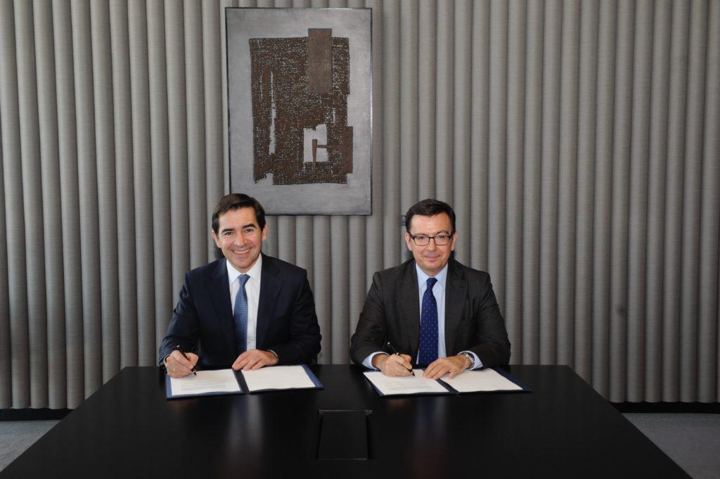 Fotografía Carlos Torres Vila y Román Escolano, en la firma del acuerdo