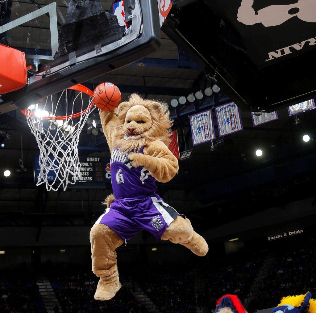 Mascota NBA Sacramento Kings hace un mate en la pista de baloncesto