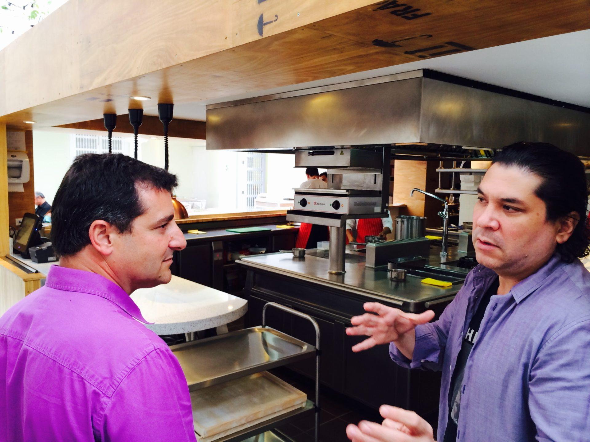 Fotografía de Josep Roca y Gastón Acurio, visitando una de las cocinas de Casa Moreira, en Lima