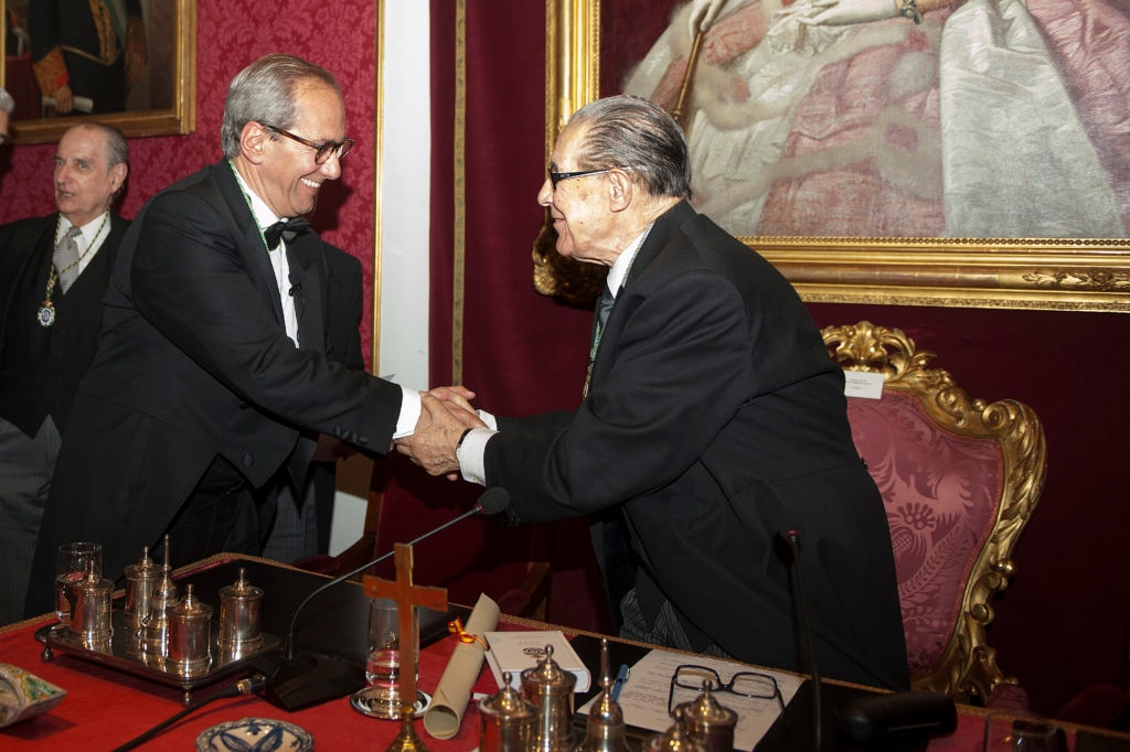 Juan Velarde, presidente de la Real Academia de Ciencias Morales y Políticas, entrega la medalla a José Manuel González-Páramo