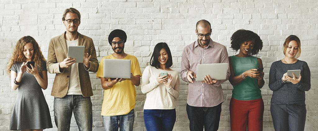 Personas de distintas nacionalidades trabajando con tecnologías digitales