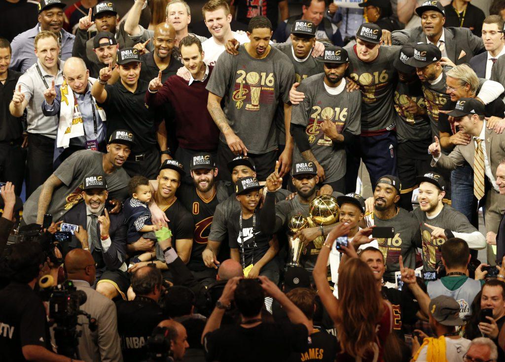 Los Cleveland Cavaliers posan con el trofeo que les acredita campeones de la NBA | Foto: EFE