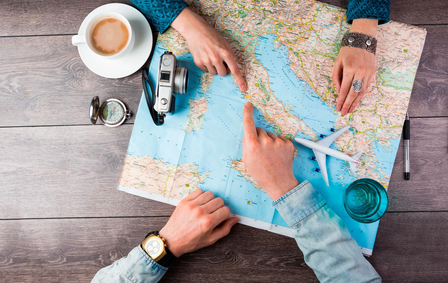 viajar pareja verano recurso mapa avion