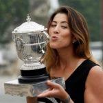 Fotografía de Garbiñe Muguruza con el trofeo de campeona de Roland Garros