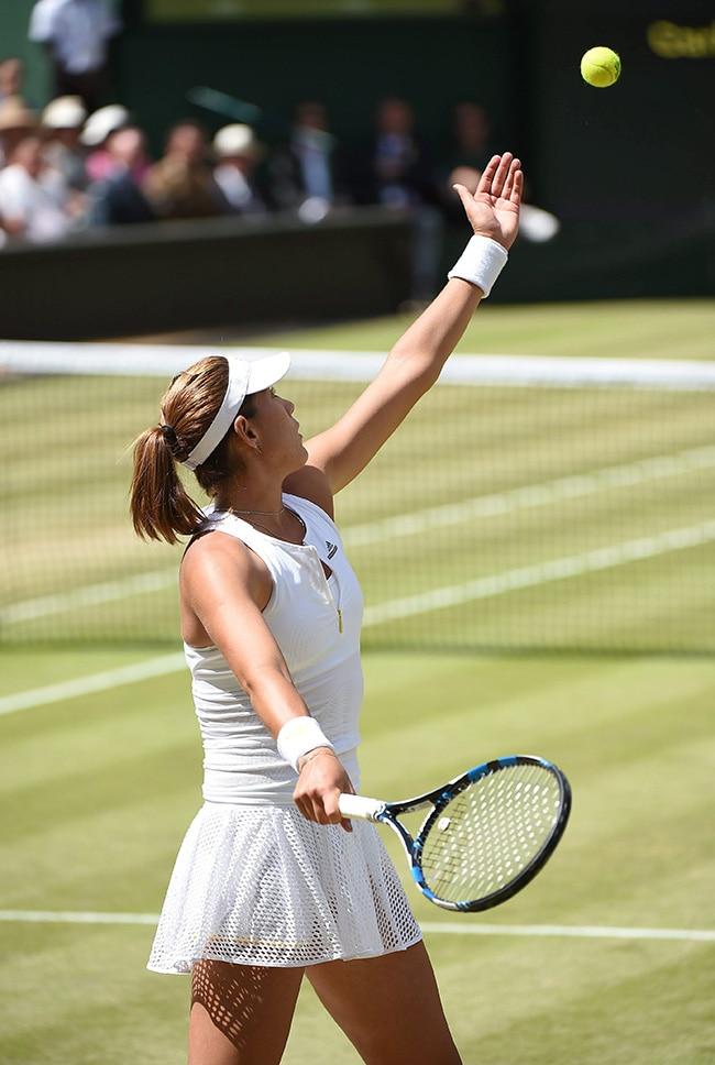 Fotografía de Garbiñe Muguruza ejecuta un saque durante la final de Wimbledon 2015