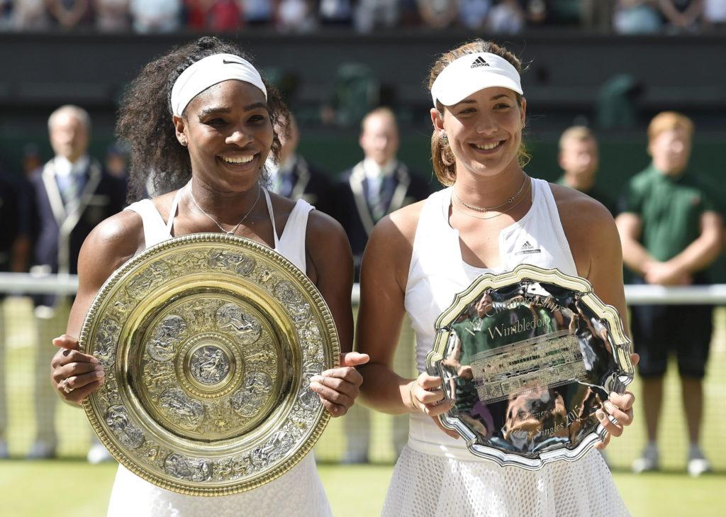 Fotografía de Garbiñe Muguruza y Serena Williams, con trofeos de subcampeona y campeona de Wimbledon 2015