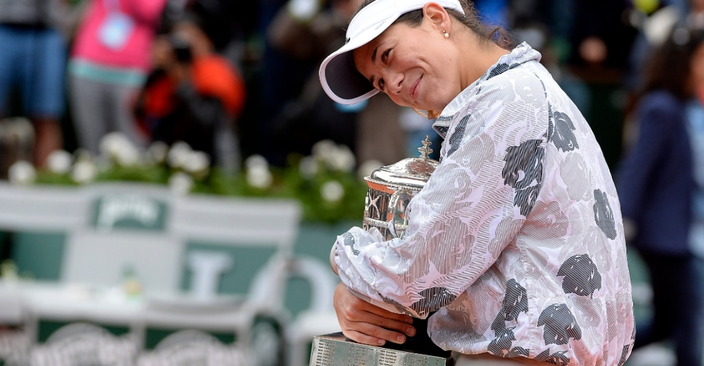 Garbiñe posa con el trofeo que le acredita como vencedora en Roland Garros | Foto: EFE