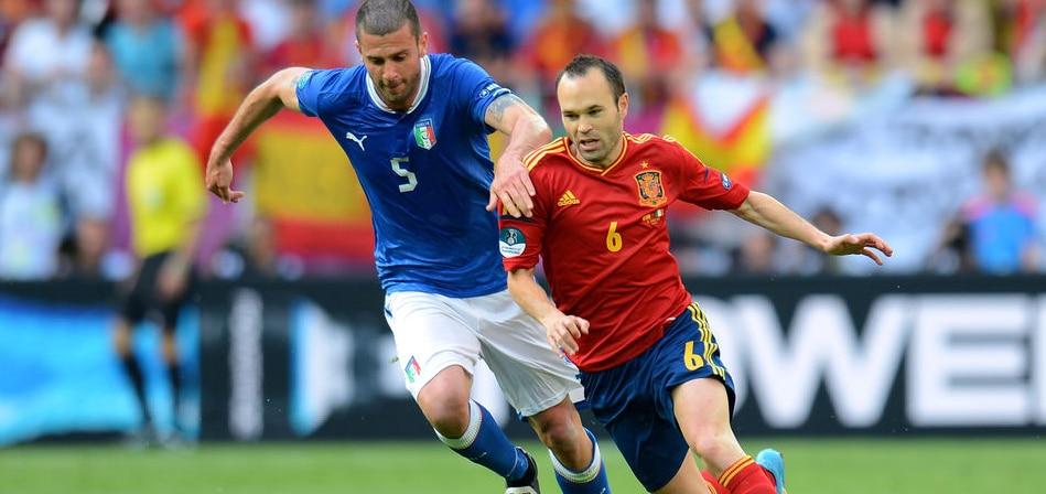 Iniesta y Mota, durante un España vs. Italia de la pasada Eurocopa | Foto: EFE