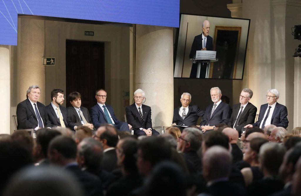 Imagen de los galardonados en los Premios Fundación BBVA Fronteras del Conocimiento escuchando el discurso del presidente de BBVA, Francisco González..