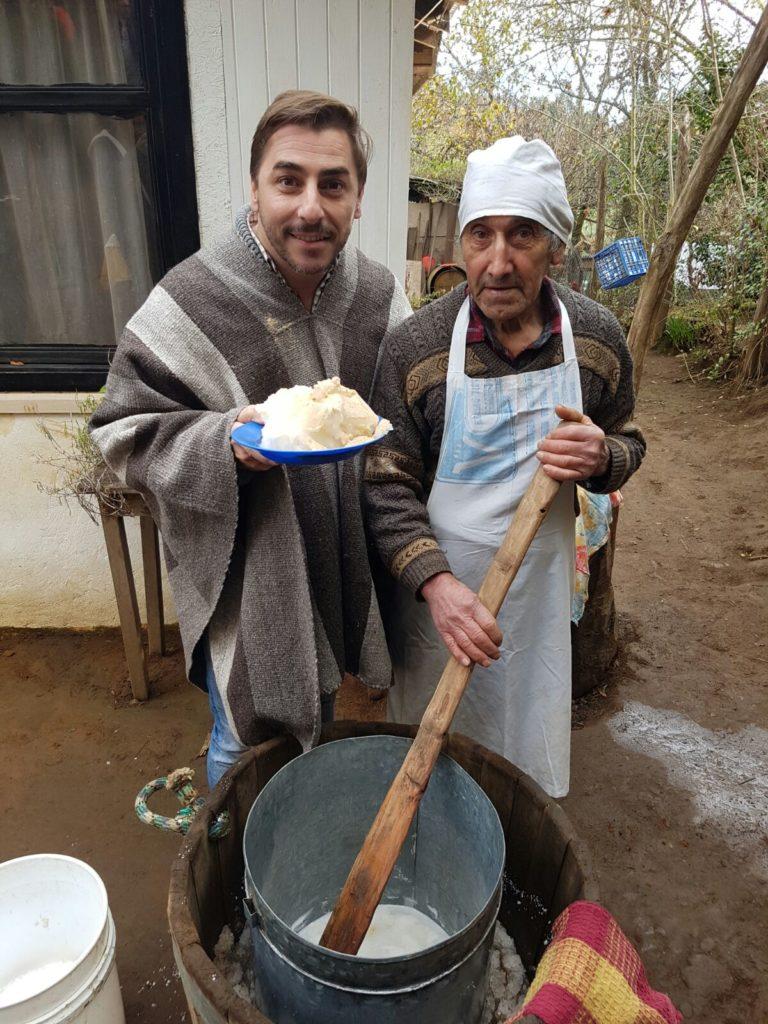 El señor Don Guayo enseña a Jordi Roca cómo se elabora el helado de plátano con nieve de los Andes