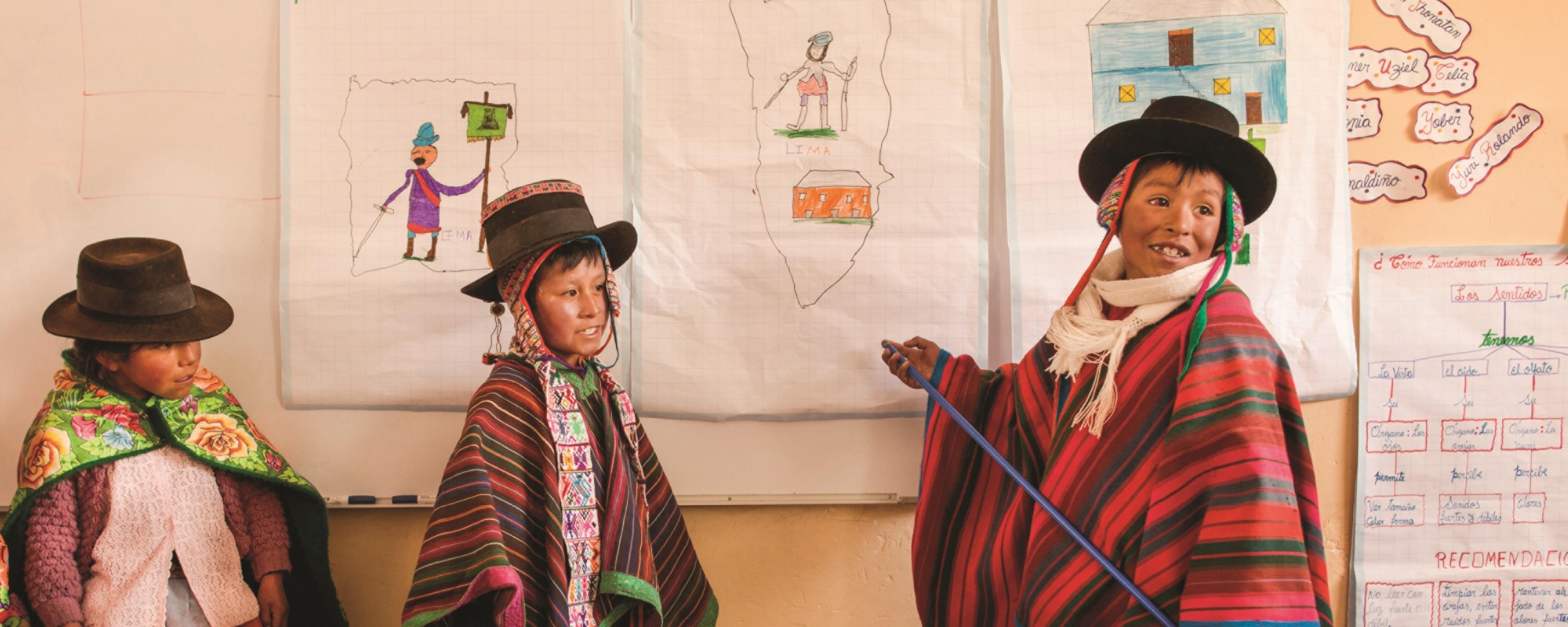 Fotografía de niños del programa Leer es estar adelante de la Fundación BBVA Continental en una escuela de Ayacucho.