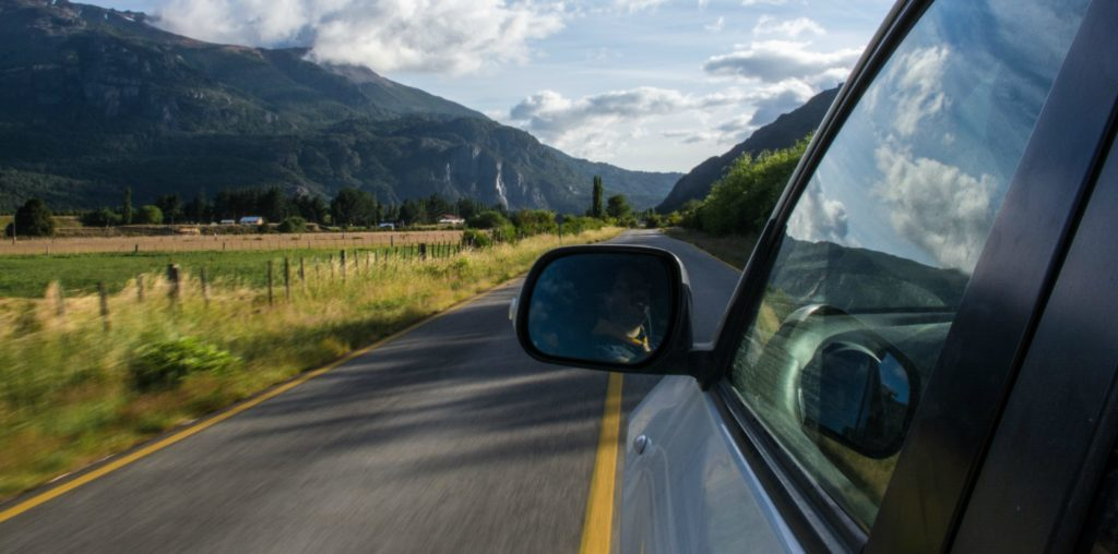 Coche en carretera, zona montañosa
