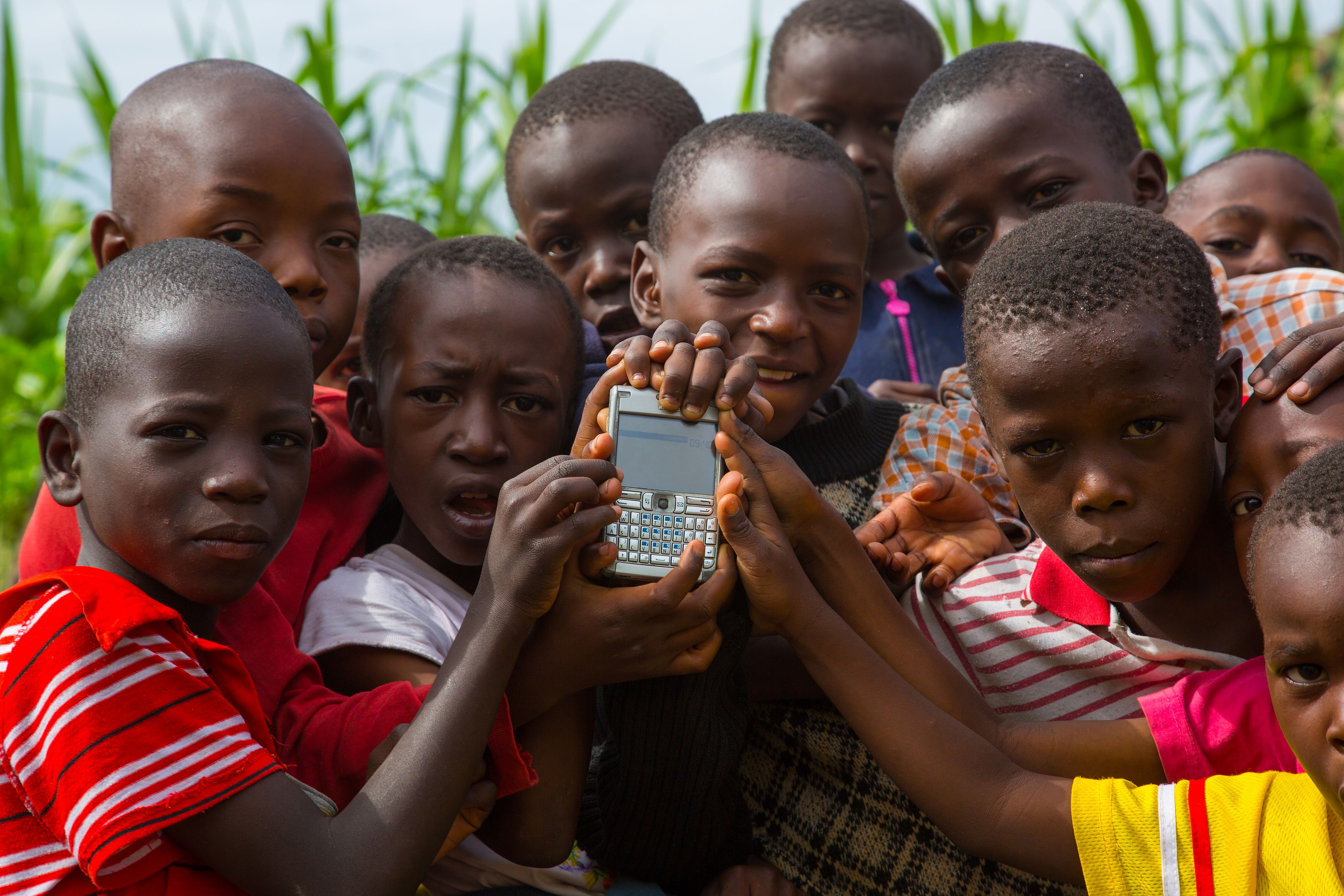 Imagen de niños con un móvil en Nairobi - Wikipedia Zero