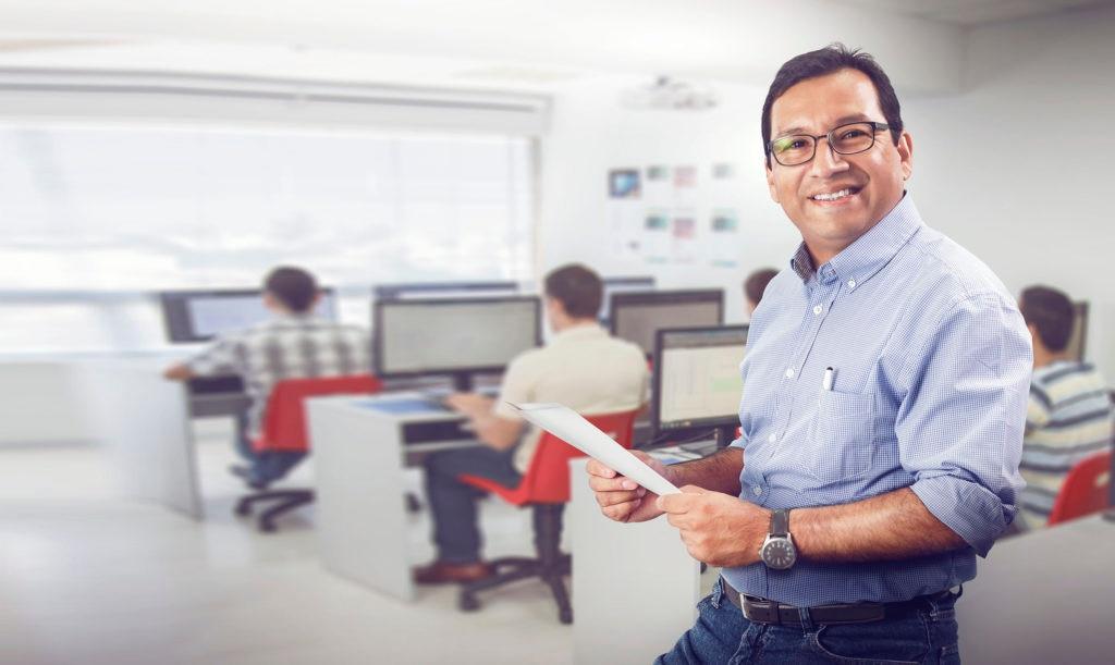 Fotografía de Romel Flores Buenaventura, de la empresa Macrotec Trainning Center, ganador de BBVA Camino al Éxito 2015 en la categoría Innovación.
