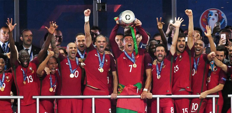 Cristiano levanta la primera Eurocopa de Portugal | Foto: EFE