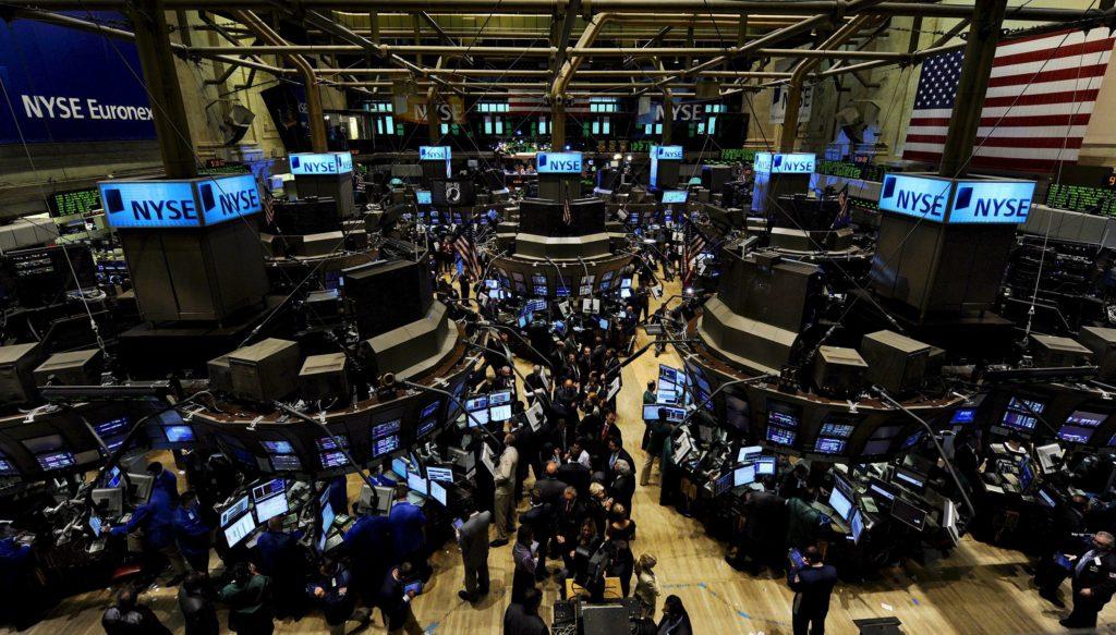 Agentes de bolsa trabajan en en el parquet de la Bolsa de Nueva York