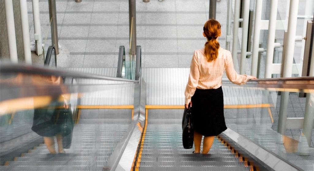 Fotografía de una mujer de espaldas