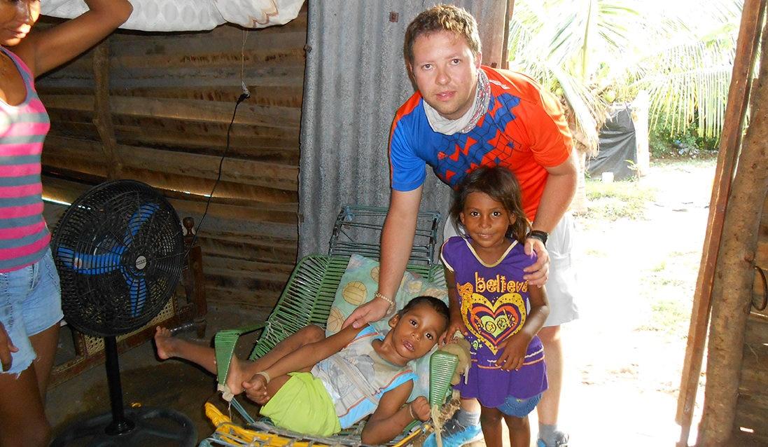 Fotografía de Felipe Tamayo con niños de Sabanarlaga, Colombia, a quienes apoya