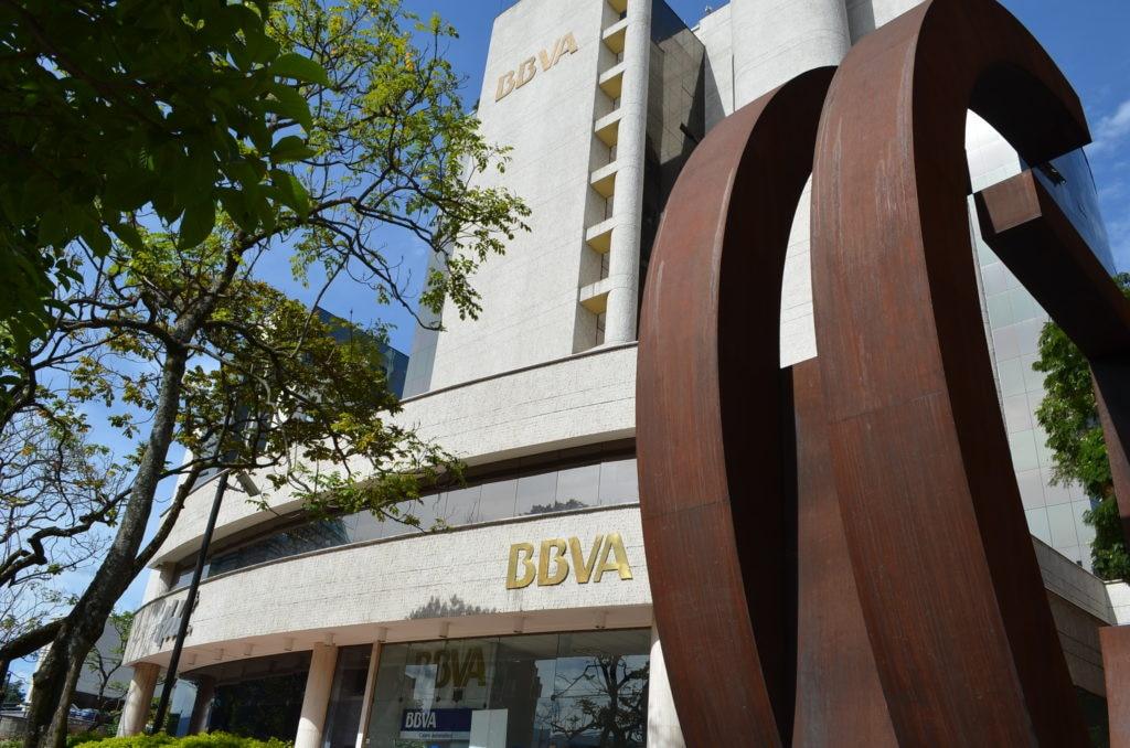 Fotografía por Rubén Escobar de las oficinas de BBVA en Medellín, Colombia.