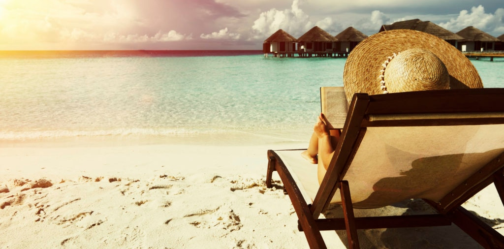 Mujer leyendo en la playa