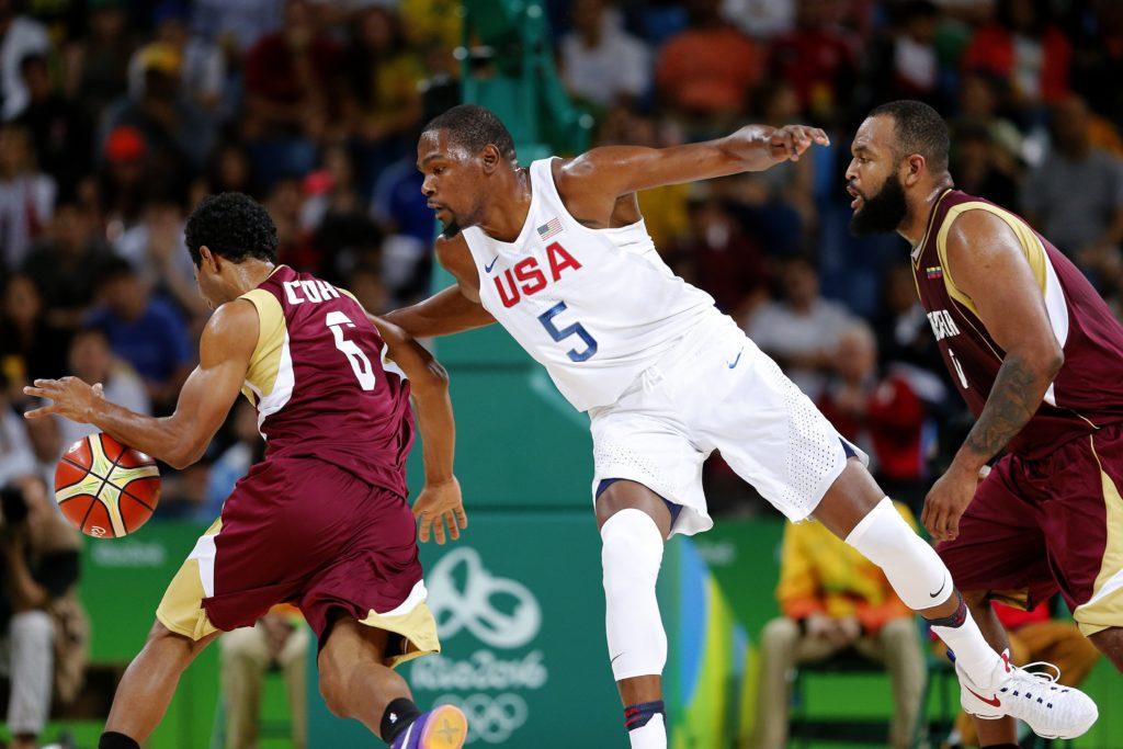 El jugador estadounidense Kevin Durant (c) en acción ante John Cox (i) durante el juego de baloncesto en el marco de los Juegos Olímpicos Río 2016. EFE