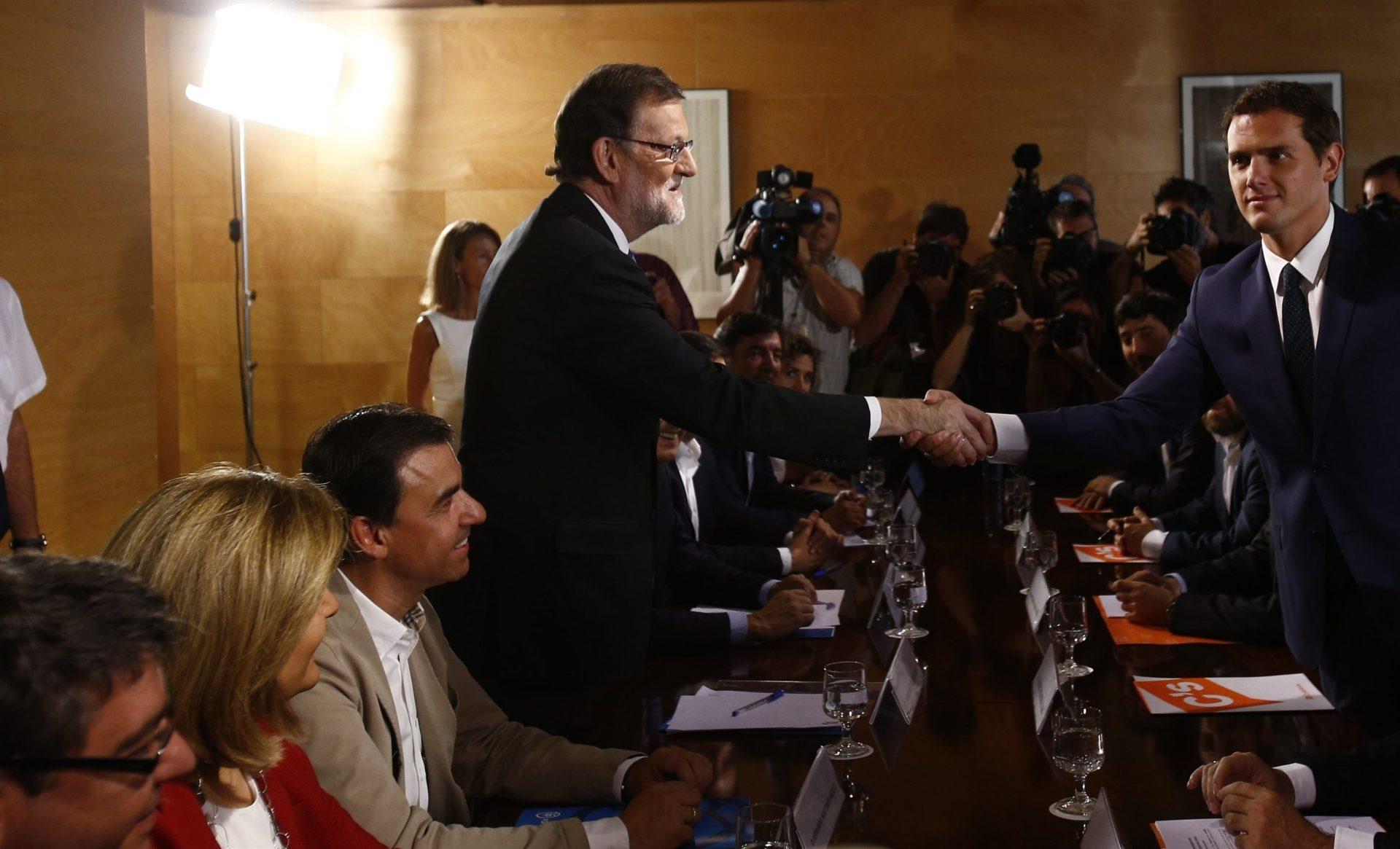 Mariano Rajoy y Albert Rivera sellan su acuerdo para la investidura.