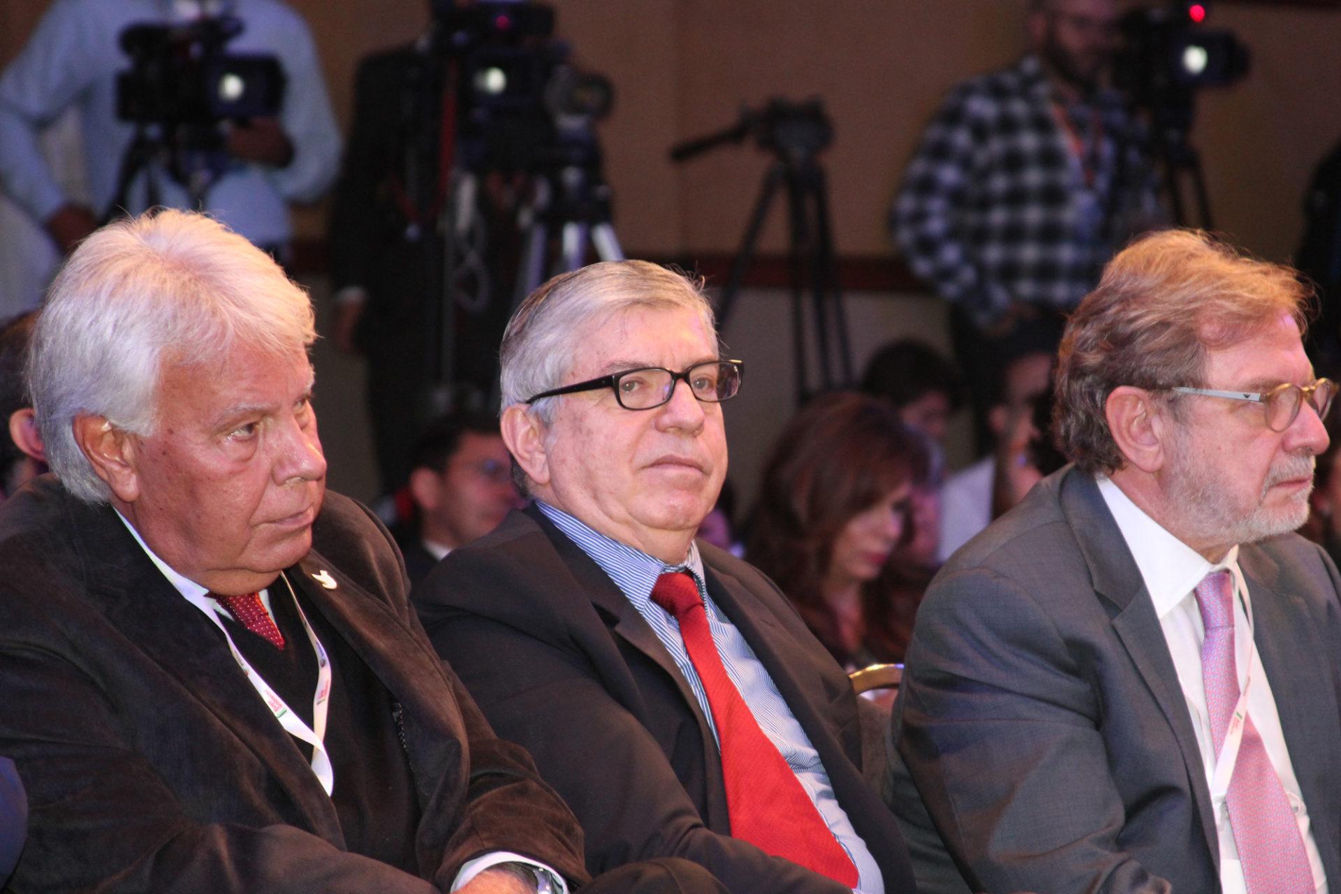 Fotografía de Felipe González, Cesar Gaviria y Juan Luis Cebrian