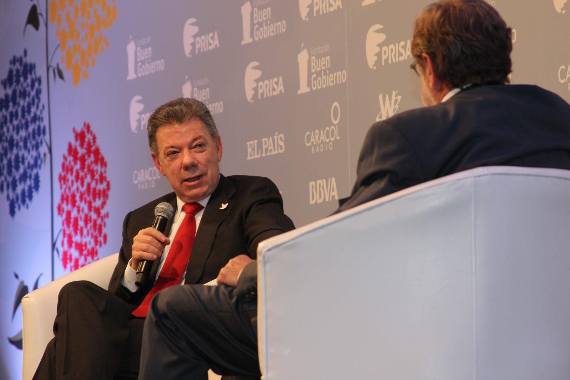Fotografía de Juan Manuel Santos y Juan Luis Cebrián en el Foro los beneficios de la paz en Colombia