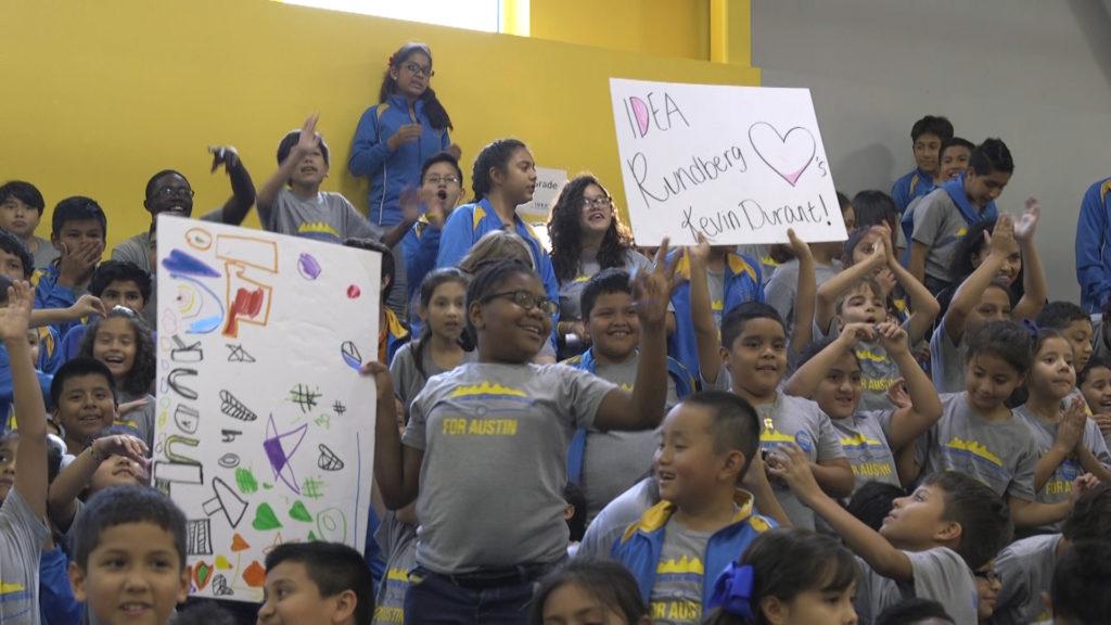 Estudiantes del campus Rundberg IDEA esperan a Kevin Durant