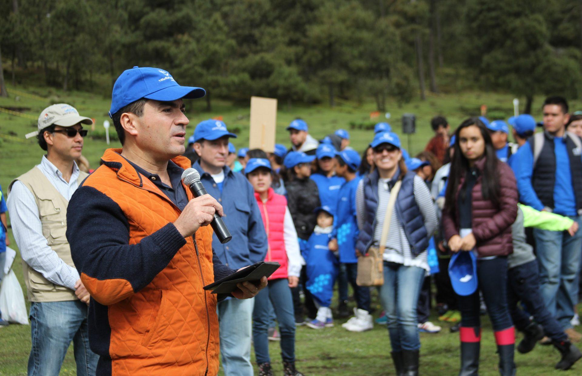 Eduardo Osuna, Director General de Bancomer en la Reforestación