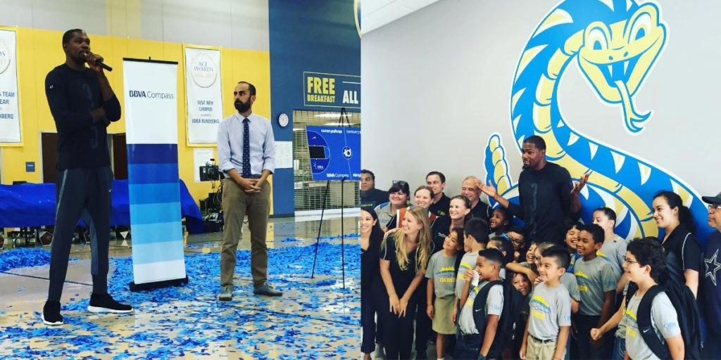 Kevin Durant y BBVA Compass inauguran una cancha de baloncesto en Austin