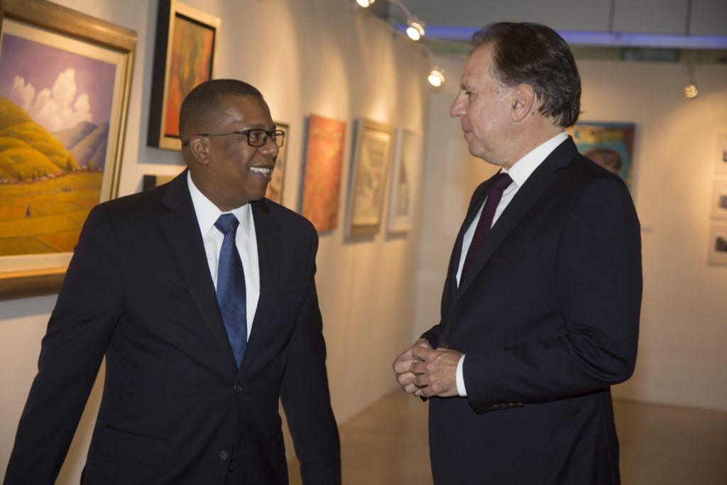 Fotografía de Embajador de Estados Unidos en el Perú, Brian A. Nichols, y el presidente de BBVA Continental, Alex Fort Brescia, en Noche de Arte 2016.