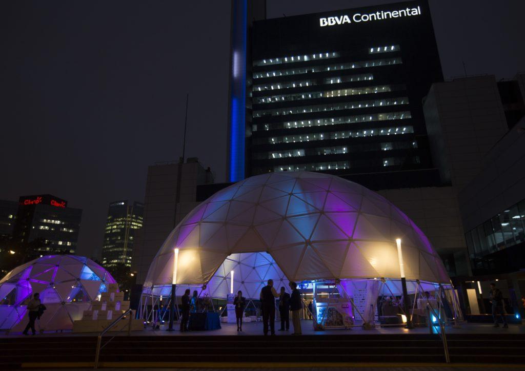Fotografía de la sede de BBVA Continental convertida en galería de arte.