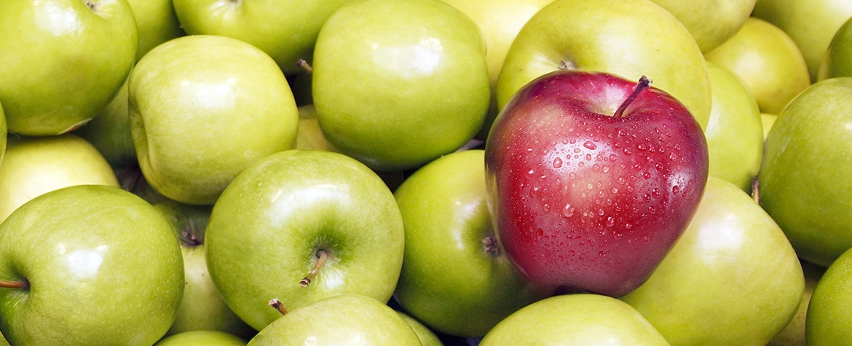 Fotografía de un conjunto de manzanas verdes y una manzana roja BBVA