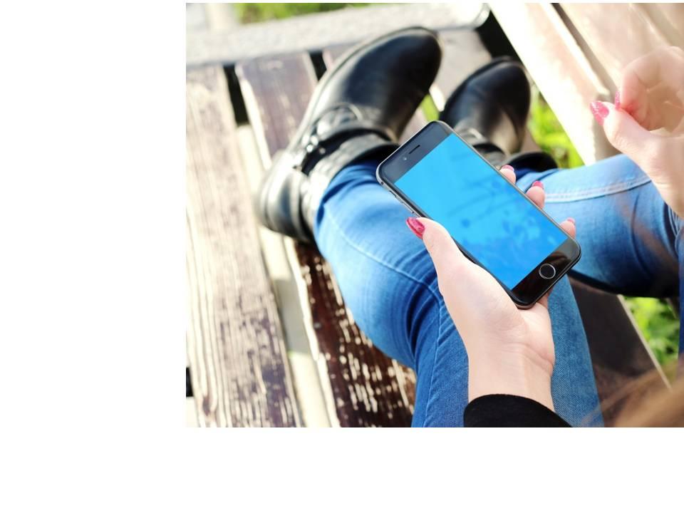 imagen celular en mano mujer