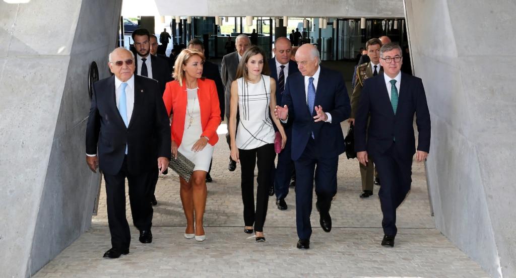 S.M. la Reina, acompañada por el presidente de BBVA, Francisco González, ha entregado hoy los Premios a la Acción Magistral 2016