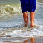 viajes, caminando en playa.
