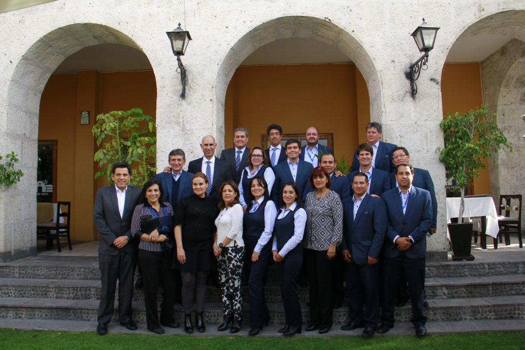 Fotografía del Comité de Dirección y ejecutivos de BBVA Continental en la ciudad de Arequipa.