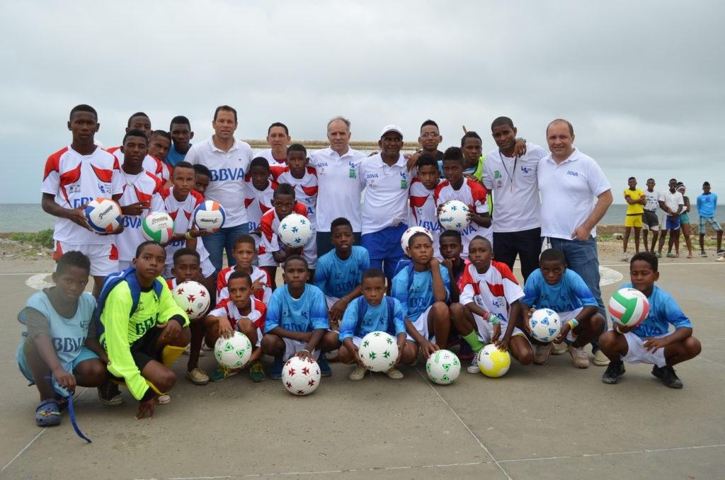 Fotografía de Jóvenes de Tierrabomba recibiendo artículos deportivos de la mano de Óscar Cordoba